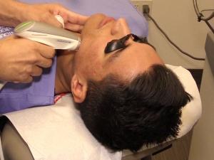 Jesse recibiendo un tratamiento Sublativo para cicatrices de acné